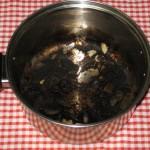 うっかり焦げてしまった鍋には!意外な物で焦げを落とす方法